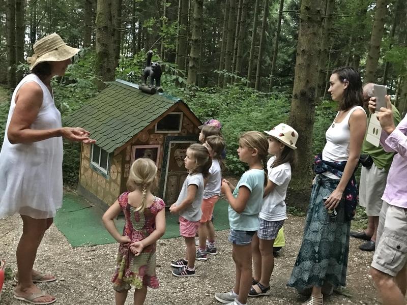Märchenerzählung für Groß und Klein am Märchenwanderweg mit Helga Graef