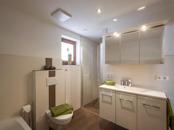 Bad m. Dusche, Badewanne, WC