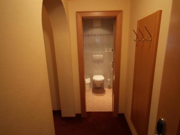 WC vom Badezimmer getrennt