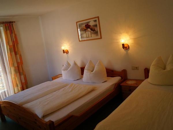 Schlafzimmer mit Doppelbett u. Einzelbett