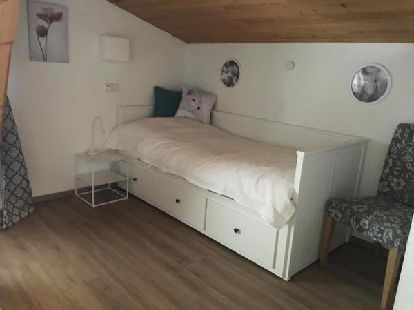 Schlafzimmer, kleines Bett 2