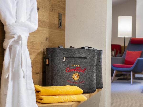 Bademantel und Wellnesstasche (2)