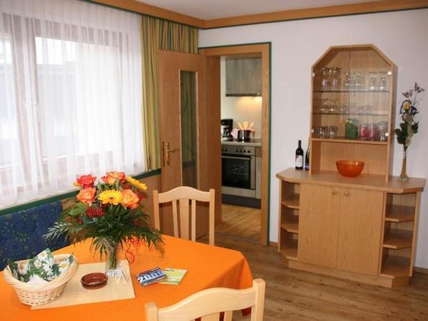 Wohnraum mit Blick in die separate Küche