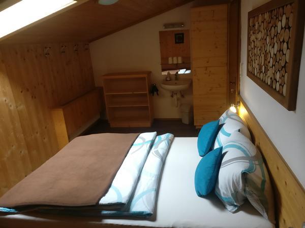 Dreibettzimmer 2 mit Waschbecken