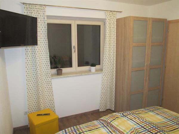 Zimmer 1 mit 2 türigen Kasten