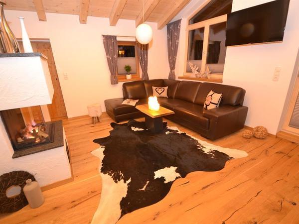 Wohnzimmer mit Kaminfeuer