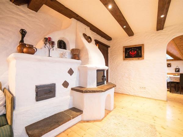 Mansardenwohnung Wohnraum mit Kachelofen