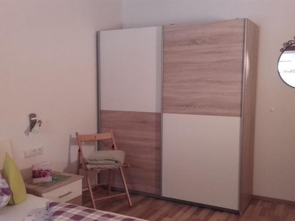 1. Schlafzimmer ost m. großem Kasten Top 2