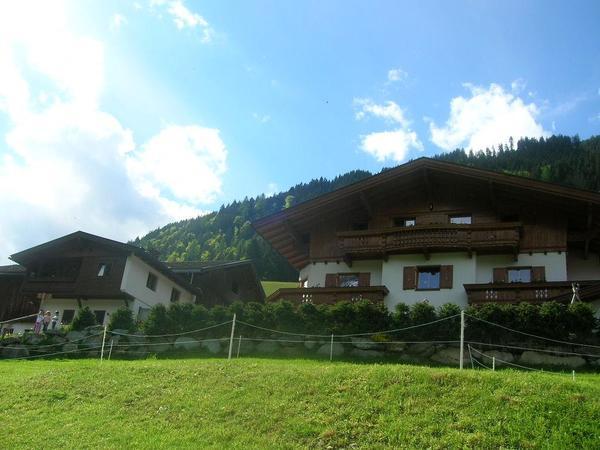 Zellerhof+links Ferienhääuschen Brunnhaus