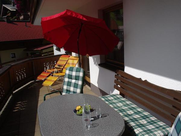 Große Terrasse mit Liegestühlen