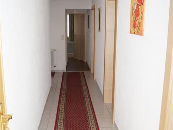 Vorzimmer zu weiterem WC und DU