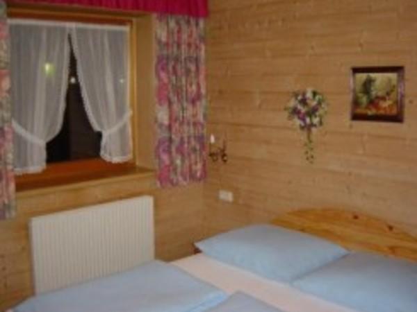 c) Schlafzimmer