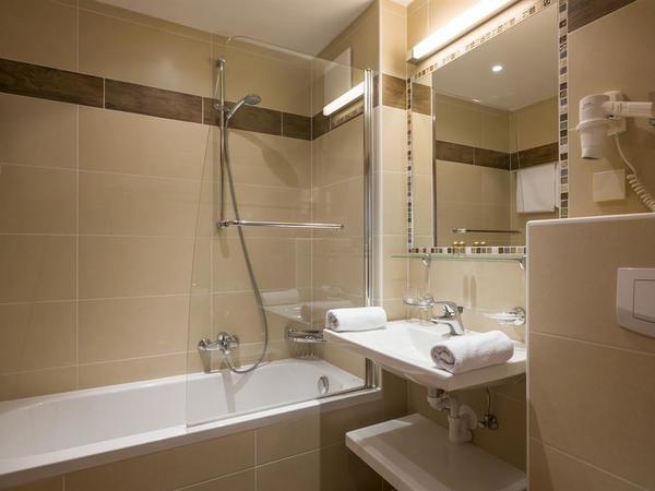 Badezimmer mit Badwanne