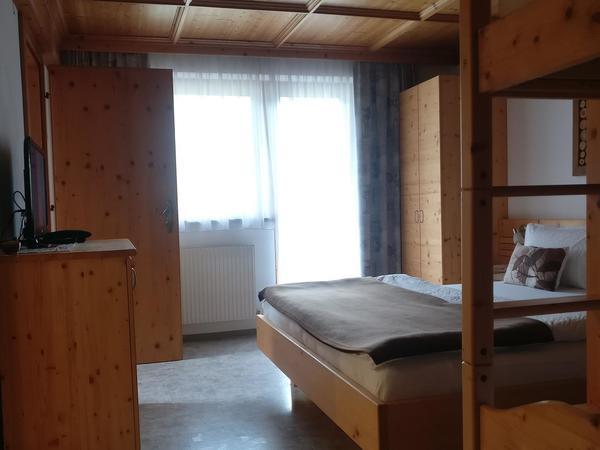 Vierbettzimmer mit Verbindungszimmer und DU/WC