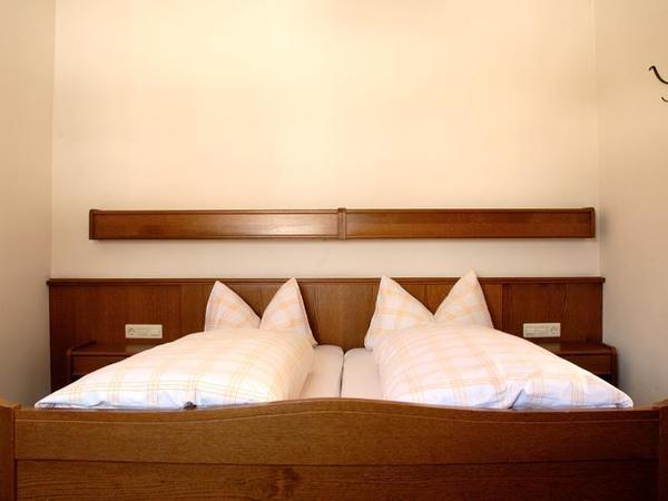 Doppelbett im Mehrbettzimmer
