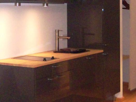 kleine Kochgelegenheit mit zwei Herdplatten und Spüle. (© Schafleitner-Kroiß)