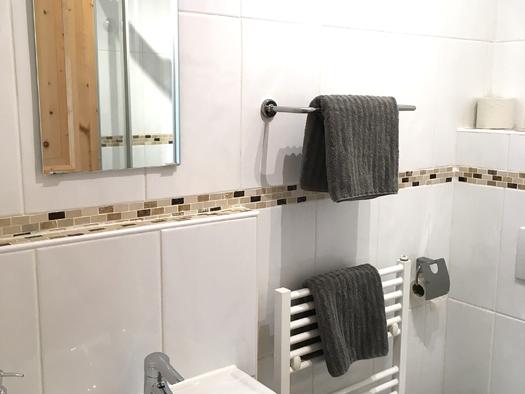 Zimmer 2 Teilansicht Badezimmer. (© Thomas Wigert)