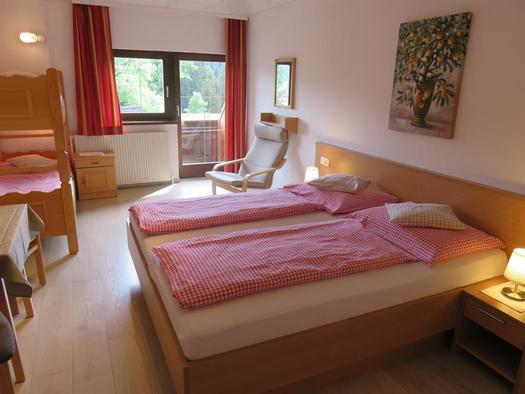 Mehrbettzimmer mit Balkon (© Berghof Sturmgut)