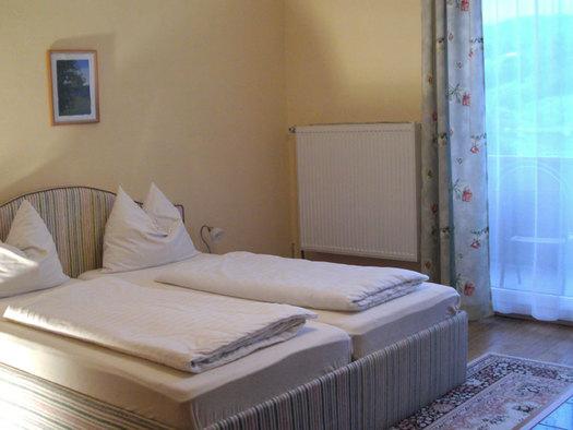 Schlafzimmer mit Doppelbett. (© Stabauer)