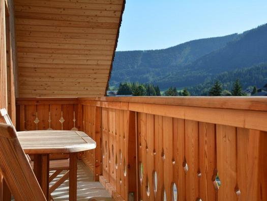 Balcony with view through the mountains (© Bramsauerhof Faistenau)