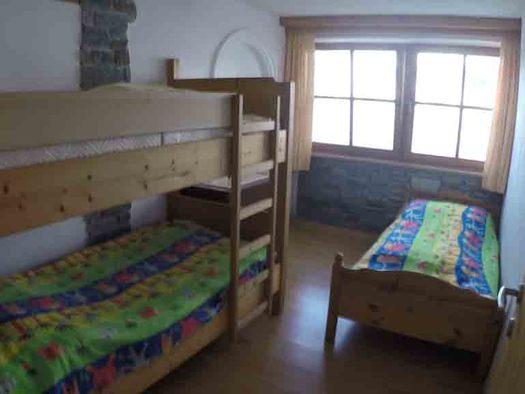 Schlafzimmer mit Stockbett, Einzelbett, im Hintergrund ein Fenster. (© Wiener)