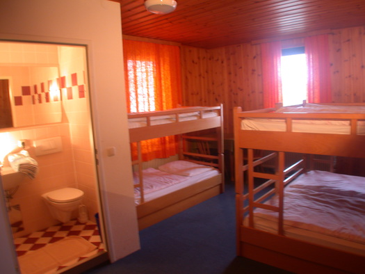 Mehrbettzimmer mit Dusche,WC, TV. (© Familie Winterauer)