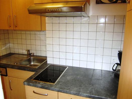 Kitchen with coffee machine, stove, sink. (© Weber)