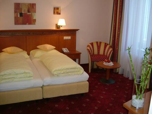 Komfort-Doppelzimmer mit Zusatzbett (© Hotel Alexandra & Bayrischer Hof)