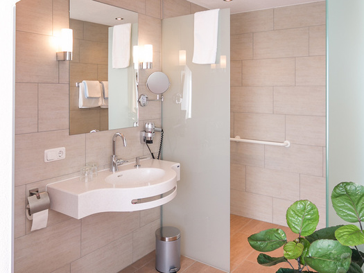 Bad Doppelzimmer Economy Hotel Alpenblick Attersee am Attersee (© Hotel Alpenblick/Hanes Seiringer)