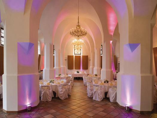 festlich gedeckte Tische und Stühle. (© Sala Schloss Mondsee)