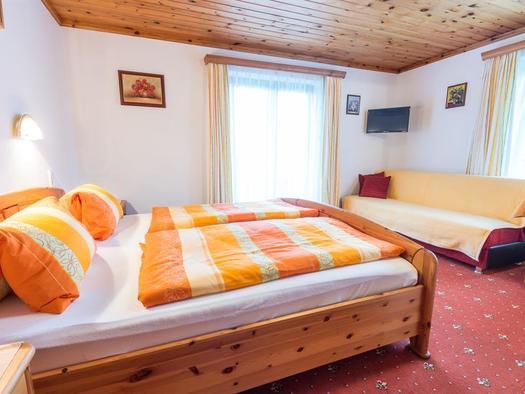 Doppelzimmer mit Couch (© Georg Strobl - Fuschlseetourismus)