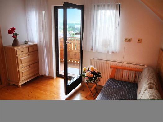 Balkonzimmer mit Einzelbett und Morgensonne (© Ferienhaus in der Schlipfing)