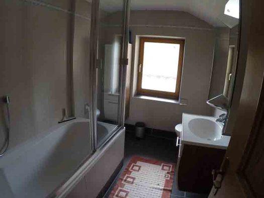Badezimmer, mit Badewanne, seitlich ein Waschbecken, Fenster. (© Wiener)