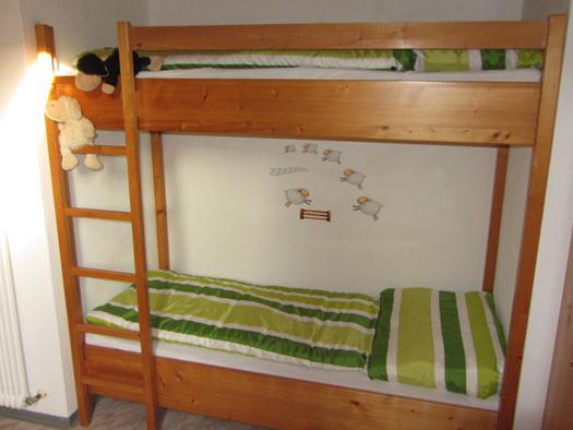 Bedroom with a bunk bed. (© Bauernhof Schink)