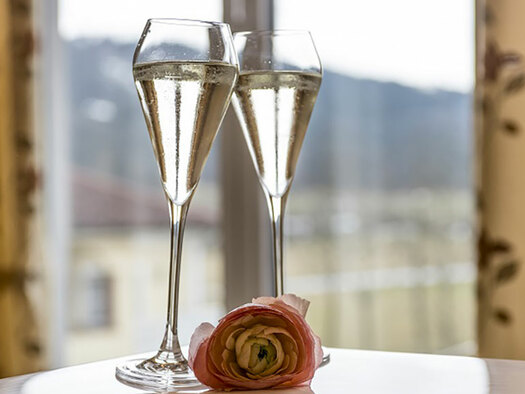 two champaignglasses, in the background window. (© Karin Lohberger)