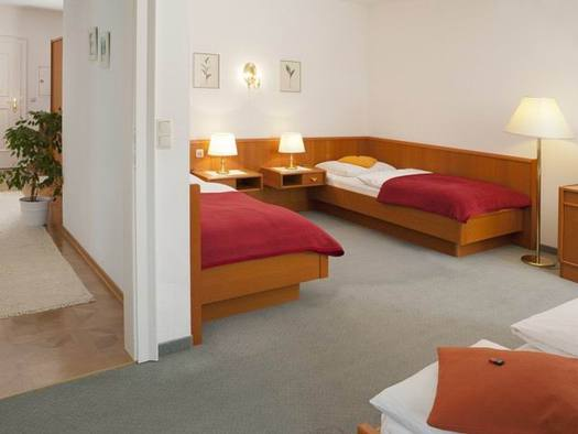 bedroom with 3 single beds and a fitted carpet. (© Appartement Dreibettzimmer, www.leitnerbraeu.at)