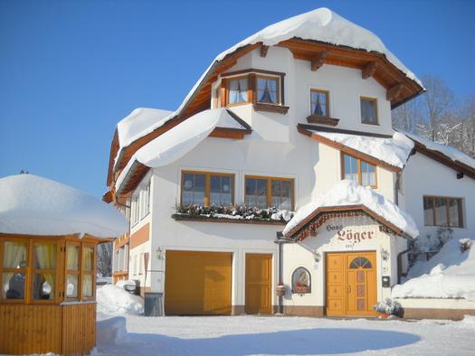 Haus Löger, Windischgarsten: Winterliche Ansicht. (© Edith Löger)