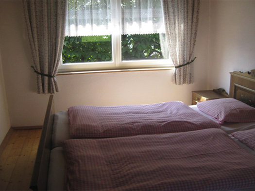 Schlafzimmer mit Doppelbett. (© Handl)