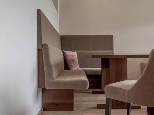 Corner bench, table, chair. (© Lackner)