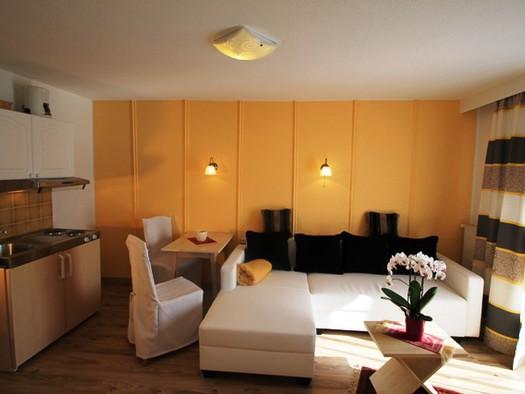 Wohnzimmer mit Miniküche (© Claudia Neubacher)