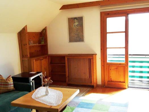 Wohnzimmer mit offener Balkontüre. (© Familie Schmidleitner)