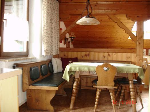 Essbereich mit Eckbank, Tisch und Stühle, seitlich ein Fenster. (© Familie Laireiter)