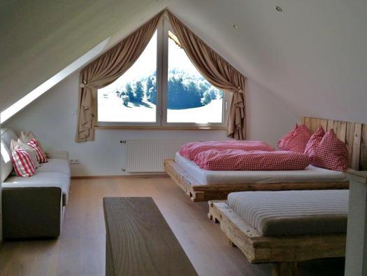 Bedroom with a sofa-sleeper (© Bramsauerhof Faistenau)