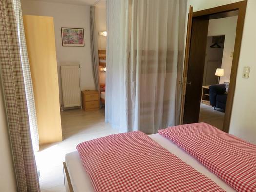 erstes Schlafzimmer mit Doppelbett & Stockbett (© Berghof Sturmgut)