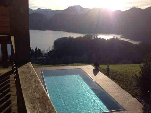 Ausblick vom Balkon auf den Pool, im Hintergrund Wiese, Wald, See und Berge. (© Wiener)
