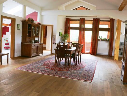 Blick in den Wohnbereich mit Tisch und Stühle, Holzmöbel, im Hintergrund Balkontür. (© Familie Radauer)