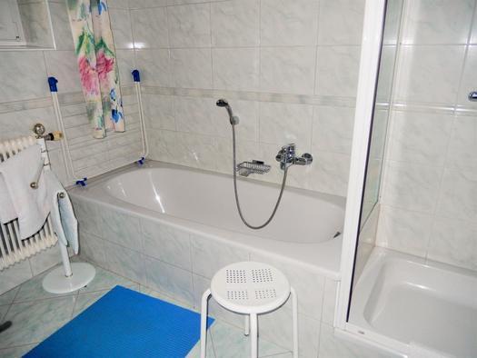 Bad mit Dusche und Badewanne (© Ferienwohnung Sladek | Privat)