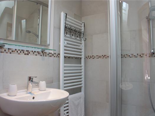 sink, shower. (© Moosinger)