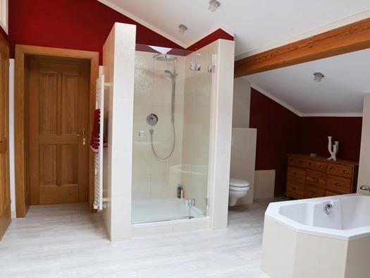 Badezimmer mit Dusche, Toilette, Badewanne, Handtuchtrockner. (© Familie Radauer)