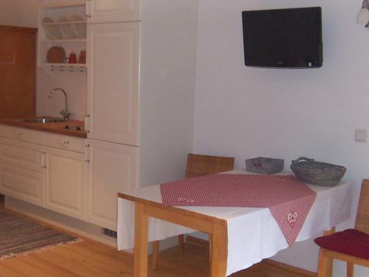 Kleine Küche, Eßbereich mit Tisch und Stühle. (© Schafleitner-Kroiß)